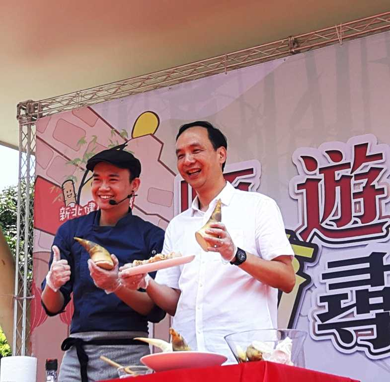 朱立倫現場與型男主廚潘瑋翔合力做出一道集合越式春捲的竹筍料理,俐落的刀工博得滿堂彩(蔡孟峰攝)