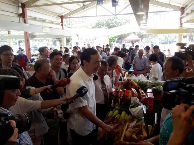 朱立倫到展售會的每一個攤位上為農友們加油打氣(蔡孟峰攝)