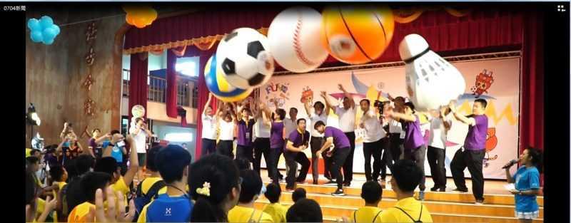 貴賓進行趣味開球儀式,從台上拋出象徵五種球類的大球