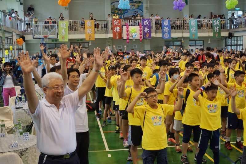 台電董事長朱文成(左前)與FUN電營小朋友一同暖身運動