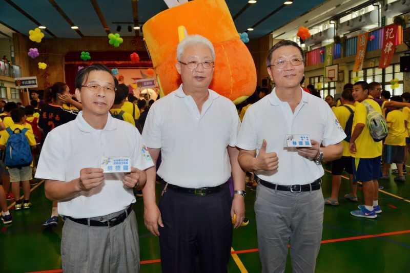在台電董事長朱文成見證下,台電發言人林德福(左)與體育署署長林德福(右)於球類FUN電營相見歡。