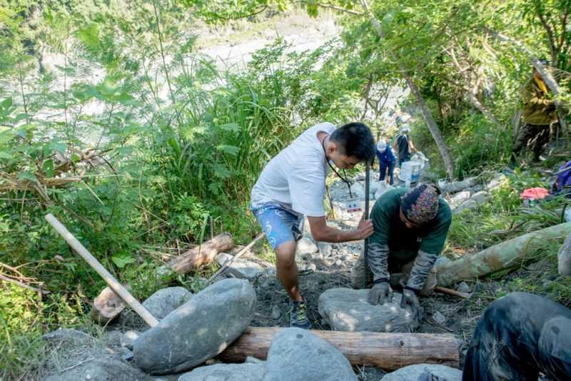 志工與部落族人協力合作完成工項(東管處提供)