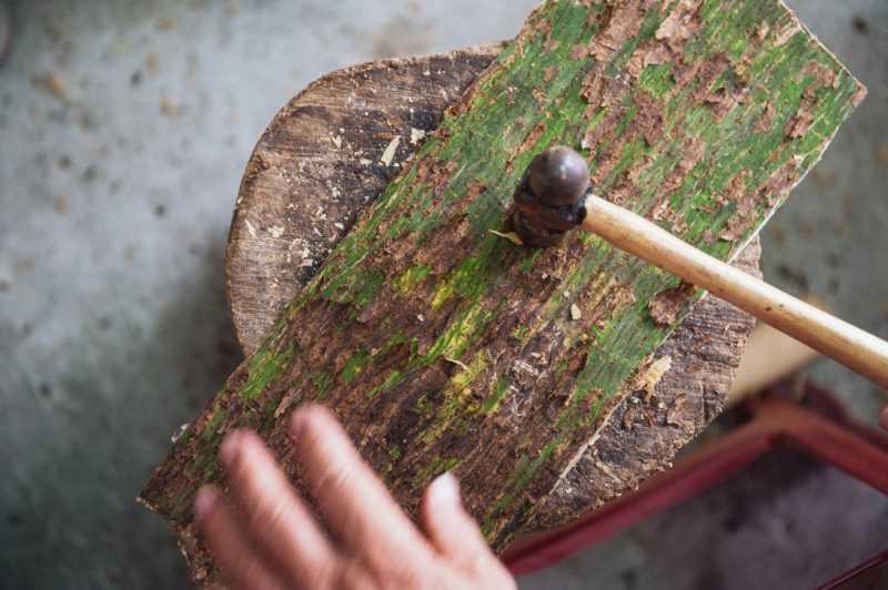 志工體驗傳統的敲樹皮工藝(東管處提供)