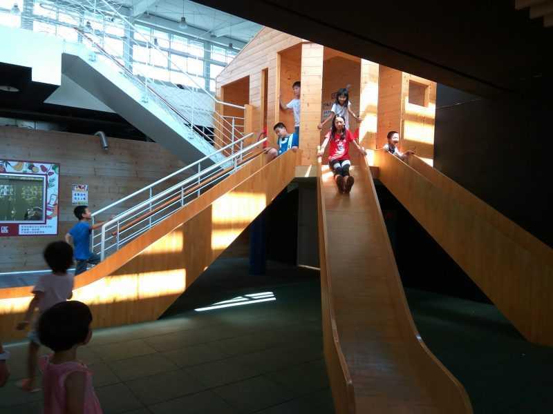 超過2層樓高的木造溜梯,是孩子們的最愛(園區提供)