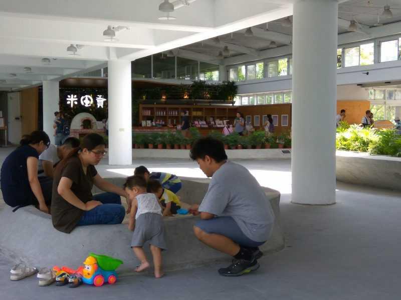 2樓沙坑區常見爸爸媽媽陪著小朋友一起玩沙(園區提供)