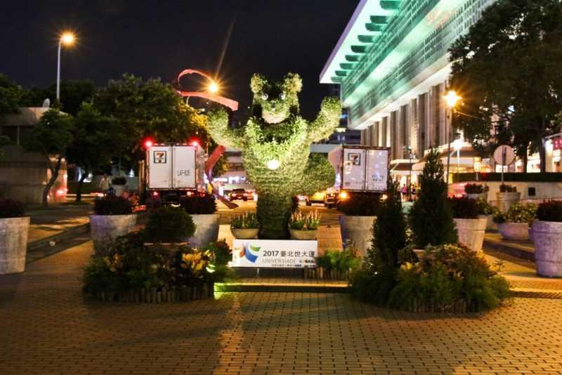 臺北車站站前廣場綠雕夜景(台北市工務局提供)