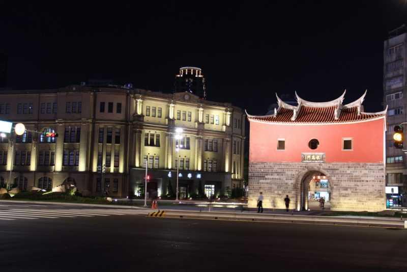 夜間高燈投射閩式城門屋瓦、屋脊展現清雅樸實的美麗風貌(台北市工務局提供)