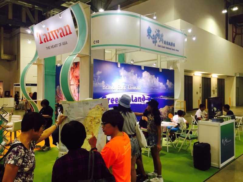 東管處為了行銷東海岸特色活動,首次參加新加坡革新旅展,展場以世界級潛水景點及海底溫泉著稱的綠島為元素(東管處提供)