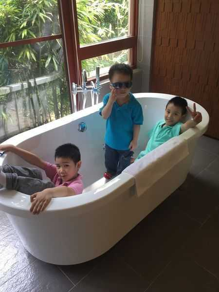 三小躺進淋浴間浴缸