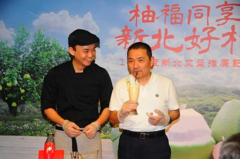 新北市侯友宜(右)與名主廚潘瑋翔製作幸福柚香蜂蜜冰沙試喝