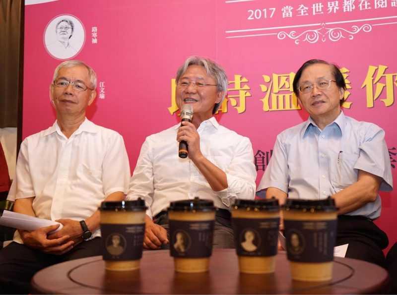 台中市詩人們齊聚,秀「詩文杯套」。
