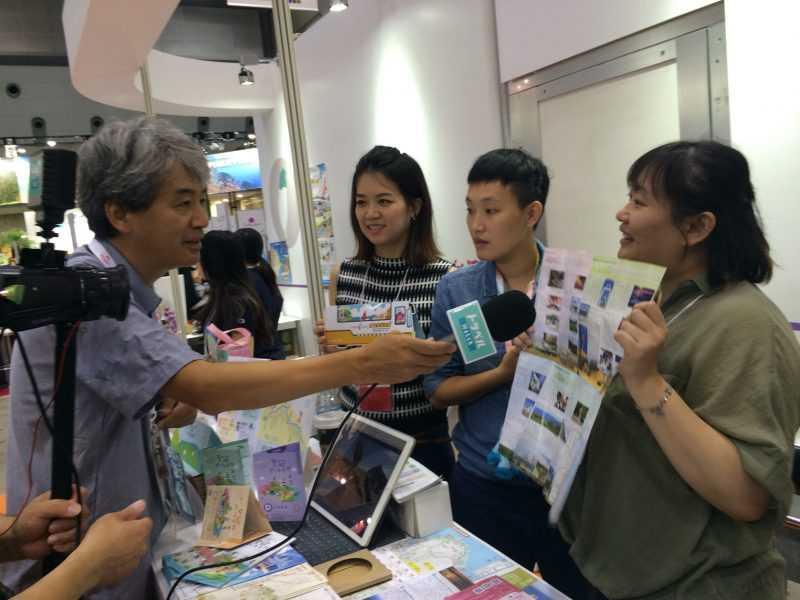 日本トラベル watch 綜合旅遊資訊網站到北觀處台灣好行攤位進行直播採訪(北觀處提供)