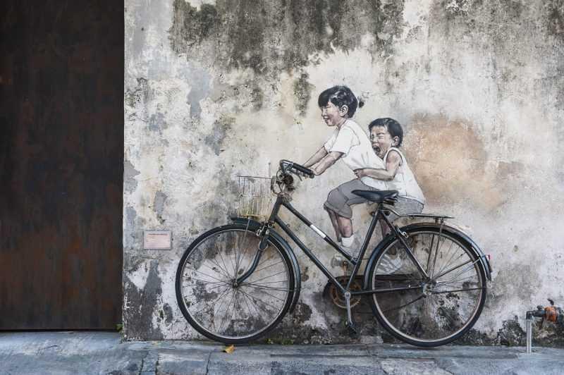 喬治市有名的壁畫之一,結合了平面繪畫和現實實物的「Children on a Bicycle」(馬來西亞觀光局提供)