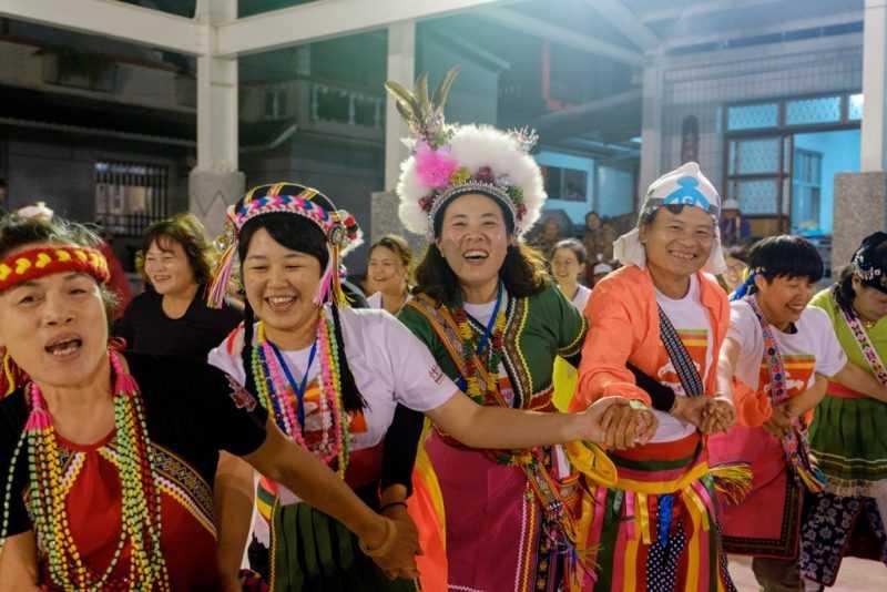部落晚會志工與族人一起同歡(東管處提供)