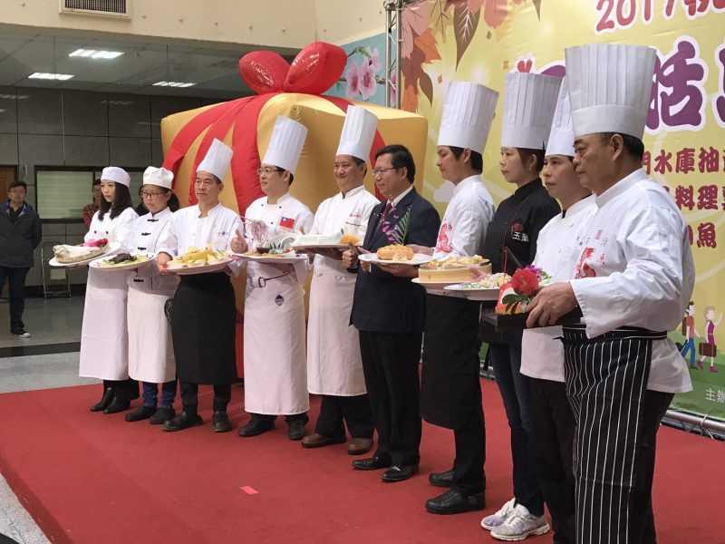 桃園市長鄭文燦與活魚餐廳代表(桃園市觀旅局提供)