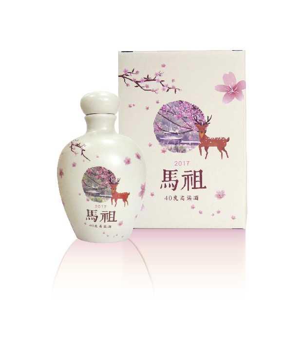 紀念酒瓶身上有馬祖知名景點勝天庭開滿櫻花的美景,一旁還有大坵島的梅花鹿,模樣相當討喜