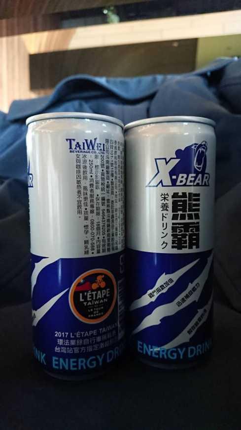熊霸被「環法業餘自由車挑戰賽」,評選為台灣站官方指定飲品,並獲授權推出賽聯名款包裝及周邊紀念商品(泰威飲料提供)