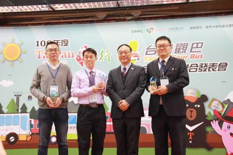 觀光局長周永暉(右二)與獲獎人員合影。