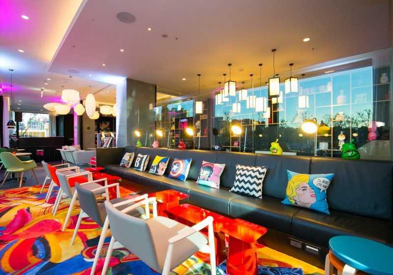 ,citizenM酒店建議倒數後可於24小時開放的M餐吧(canteenM)中繼續與朋友享受美酒。