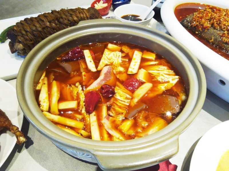 全新菜色「天府冒鴨鍋」,融合「冒菜」風味和28天宜蘭三星櫻桃鴨。