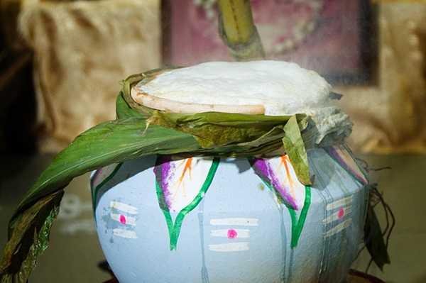 """用米和奶在陶罐中烹煮成與節日同名的食物""""Pongal""""。"""