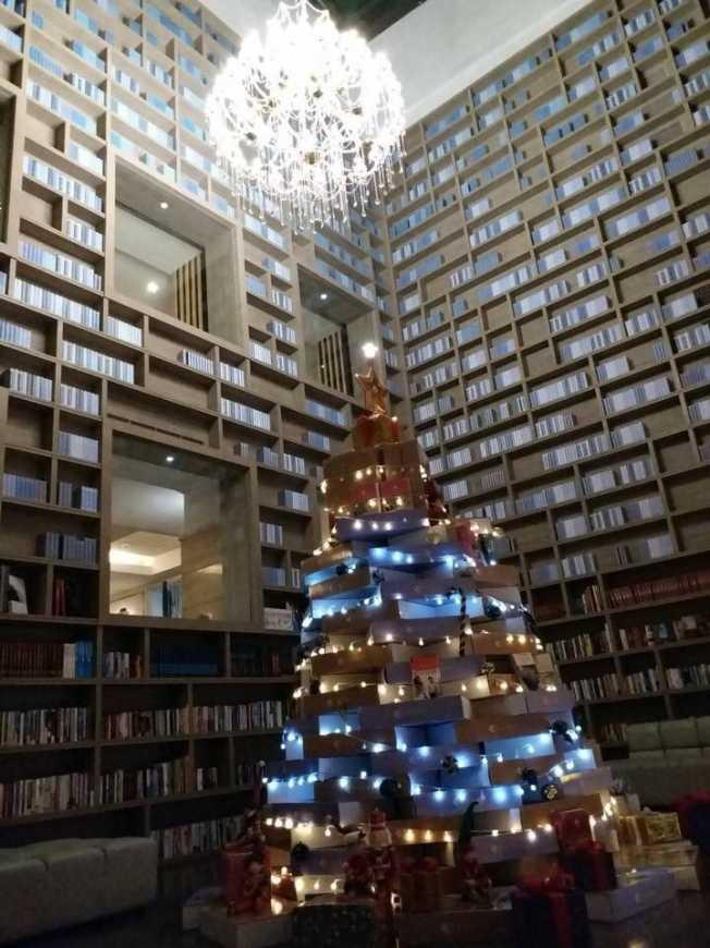 入住大地酒店映入眼簾的就是660根光纖串起1314顆水晶球所組成的水晶吊燈,在夜晚晶瑩閃閃。