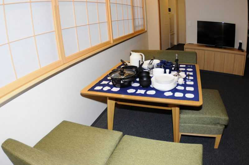 MIMARU東京上野NORTH為了讓美好時刻停留,有一張極大的桌子,供旅客們享受美食、談心、小酌。(記者杜明賢攝)