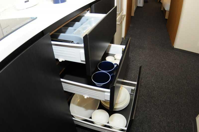 櫥櫃是氣壓式,擁有極佳質感,輕輕一堆即會慢慢閤上。(記者杜明賢攝)