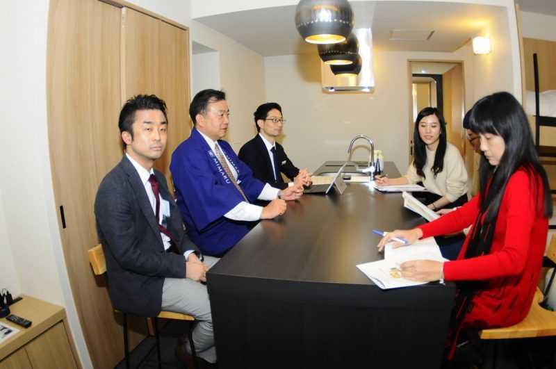 戶口武士(左排左一)說明:「經過COSMOS的努力,以改建、合建、自建的方式,預計在2020年前在東京開設10家、京都7家公寓式飯店。」(記者杜明賢攝)