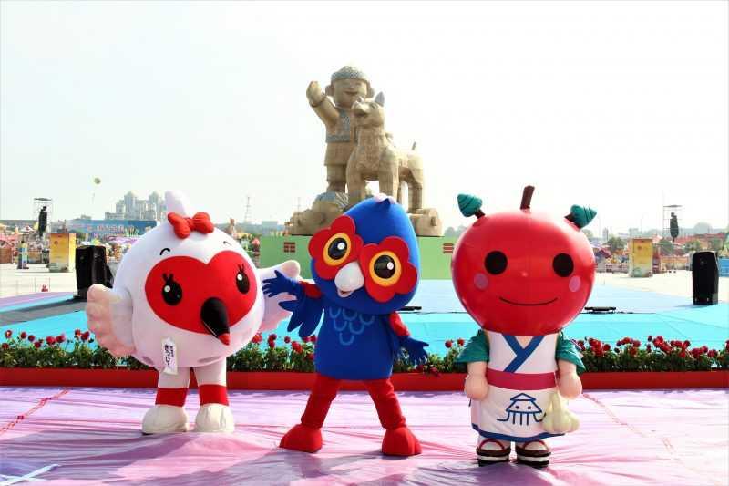 嘉義縣的吉祥物「嘉一郎」率先邀來童趣玩嘉燈區日本吉祥物「新潟KIPPY朱鷺」、「青森縣」。(嘉義縣府提供)