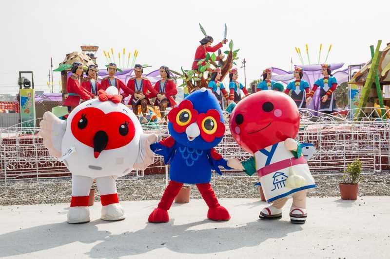 童趣玩嘉燈區日本吉祥物「新潟KIPPY朱鷺」、「青森NEBRIN蘋果姊姊」在「嘉一郎」的帶領。(嘉義縣府提供)