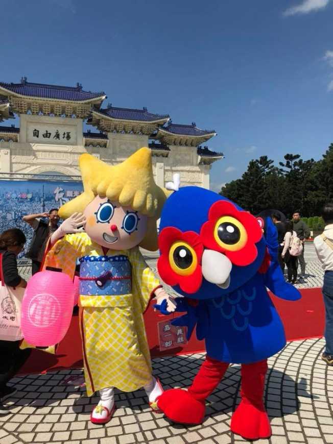 嘉義縣吉祥物「嘉一郎」與「東京晴空塔妹妹」。