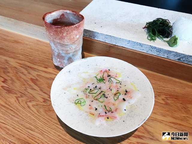 ▲來自北海道的甜蝦,創新使用橄欖油與竹炭鹽,襯托出甜蝦的滋味。(圖/記者賴詠璿攝)