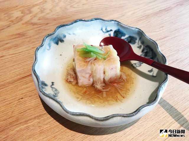 ▲「博多蒸」 Q 彈的蝦漿與軟嫩的白菜層層堆疊。(圖/記者賴詠璿攝)