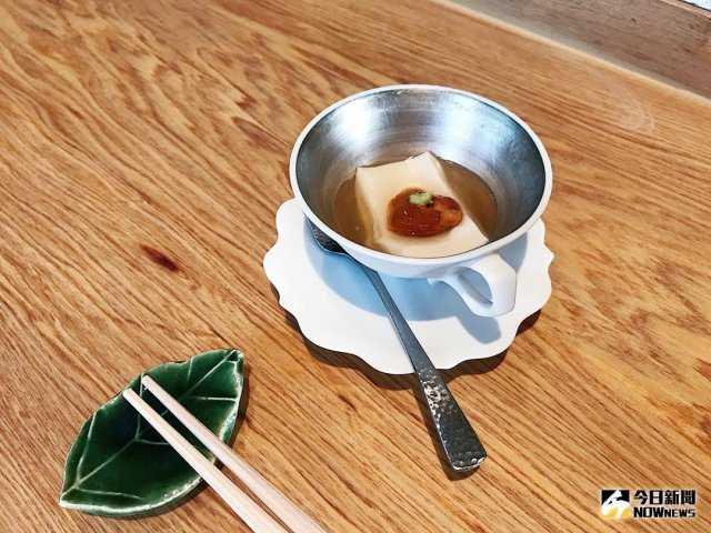 ▲先付「胡麻豆腐佐生海膽」清爽滋味勾勒出好食慾。(圖/記者賴詠璿攝)