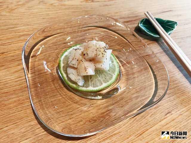 ▲切成塊狀的生食級北海道干貝,搭配檸檬鹽、現磨黑胡椒及日本萊姆皮末,鮮甜美味。(圖/記者賴詠璿攝)