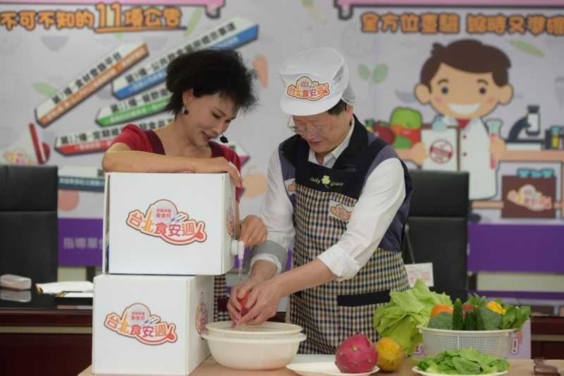 臺北市衛生局黃世傑局長(右)及譚敦慈護理師(左)示範蔬果清洗。(台北市衛生局提供)