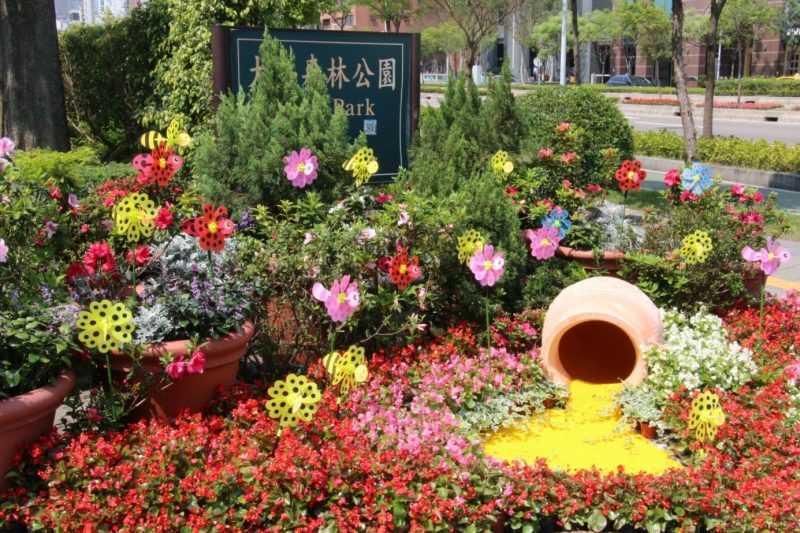 大安森林公園2號出入口-以蜜蜂尋蜜象徵-「尋尋覓蜜 為了遇見你」(臺北市工務局公園處提供)