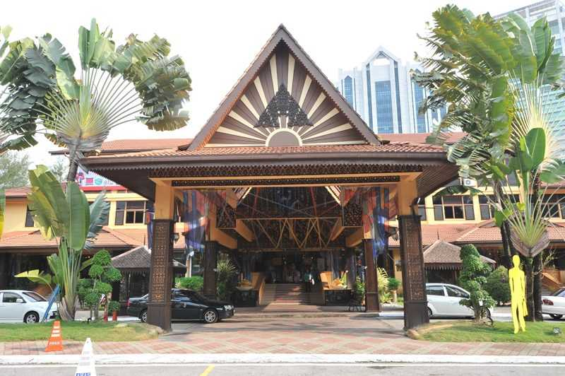 馬來西亞手工藝品市場Kuala Lumpur Craft Complex為吉隆坡的標誌性藝術中心,為當地和國際遊客提供各種工藝產品。