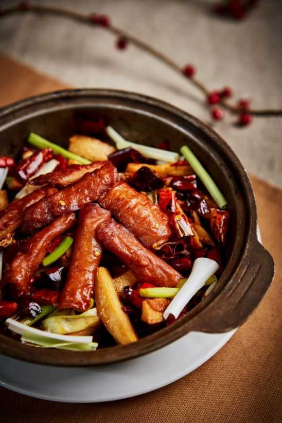 「乾鍋肥腸」辣度辣口不辣喉,適合愛吃辣的老饕,售價NT$380。(圖王朝大酒店提供)