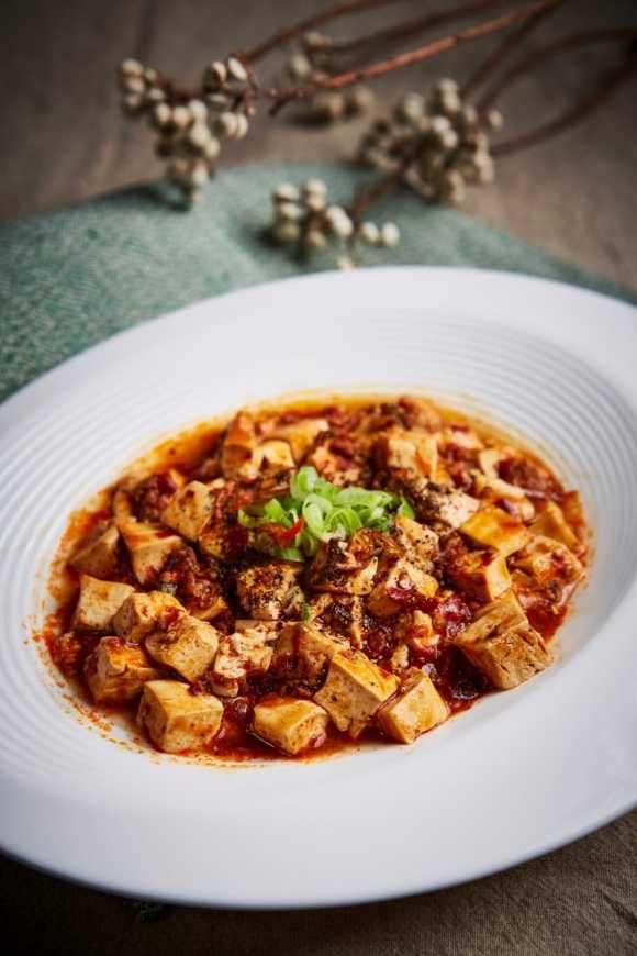 「麻婆豆腐」滿足麻、辣、香、燙、嫩的特性,得配好幾碗飯才能罷手,售價NT$320。(圖王朝大酒店提供)