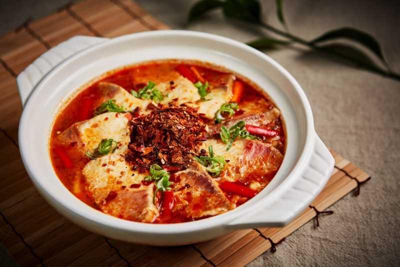 「麻辣水煮魚」辣而不燥,適合闔家大小一同品嚐,售價NT$420。(圖王朝大酒店提供)