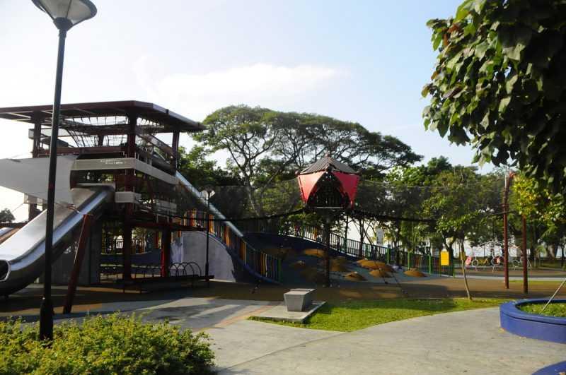 ▲東海岸公園有兒童遊樂場溜滑輪、體驗電纜滑水。(特派記者杜明賢攝)