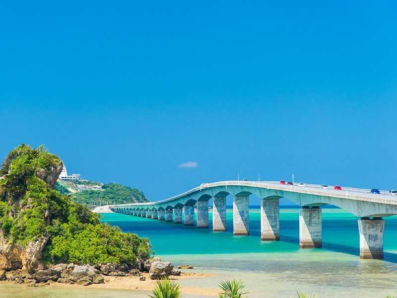 沖繩古宇利大橋有海景相伴,被旅人稱為是自駕天堂(易遊網提供)