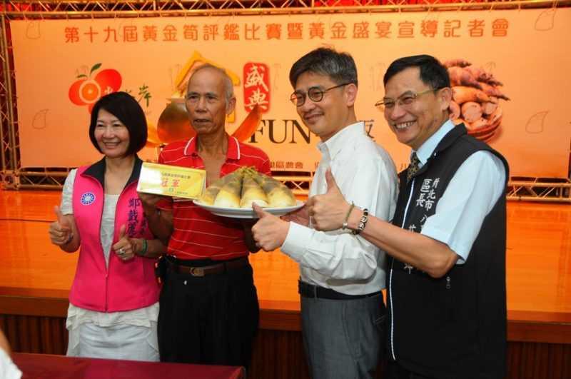 今年黃金筍評鑑比賽獲得冠軍的是方正炎(左二)農友(記者杜明賢攝)
