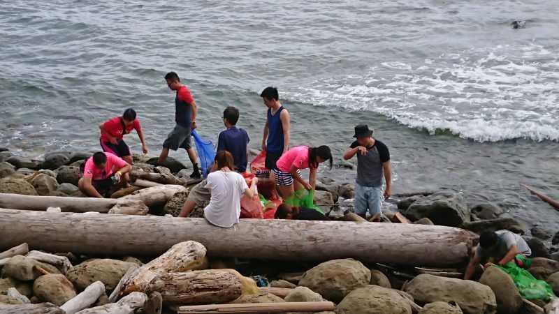 3場淨灘淨海活動,共清出人工漂流物近1,000公斤,初步分析以塑膠海漂物為主,如浮球、漁具、塑膠袋等,佔了60%、其次為寶特瓶等。(北關處提供)