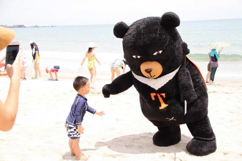 觀光局吉祥物「喔熊」到場為淨灘大小朋友加油打氣。(北關處提供)