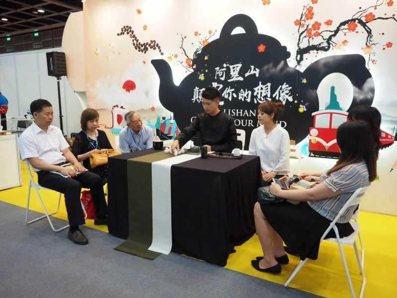 榮獲兩岸高級茶藝師冠軍的洪崇倫先生與現場民眾分享精緻的阿里山茶席體驗(阿里山管理處)
