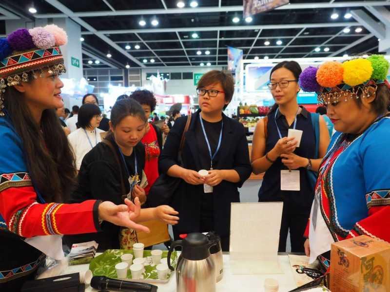 阿里山鄒族原住民與香港民眾分享體驗來自阿里山的原鄉咖啡(阿里山管理處)