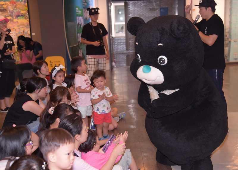 熊讚用活潑有趣的互動方式,教導小朋友預防腸病毒。(台北市觀傳局提供)
